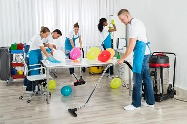 anlita en städfirma att städa före och efter en fest